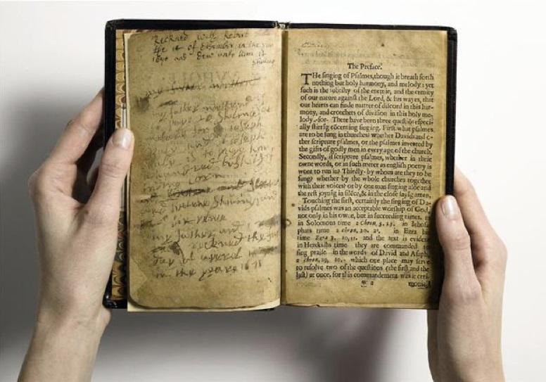 Deux mains tiennent un livre ouvert